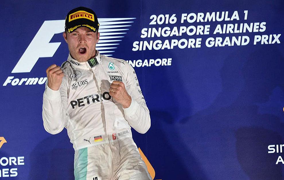 Rosberg celebra su victoria en el podio de Singapur.