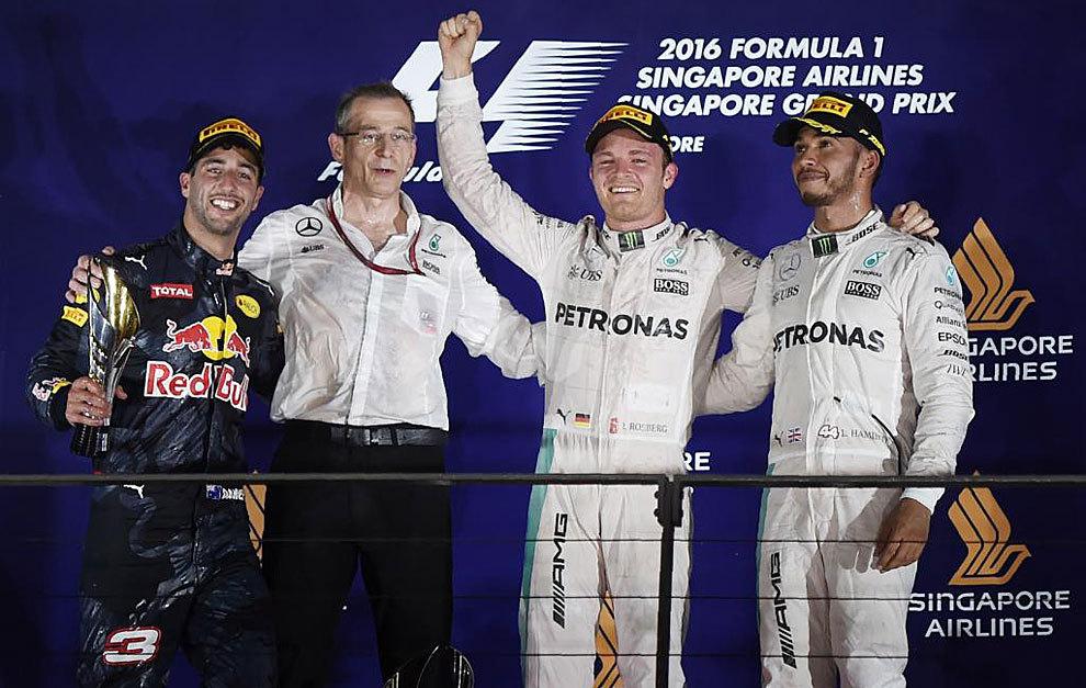 Ricciardo, Rosberg y Hamilton, en el podio de Singapur.