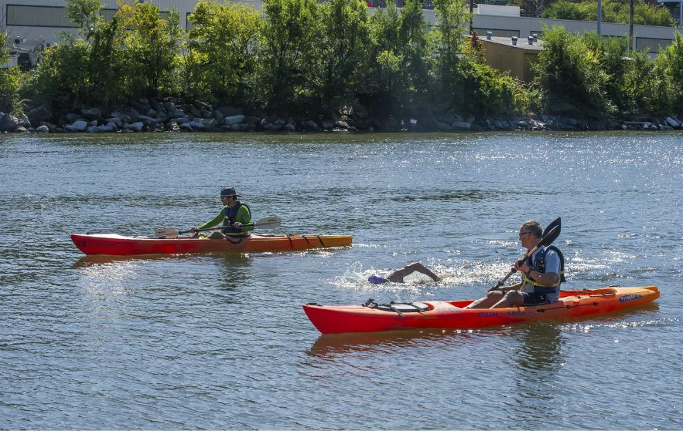El nadador, escoltado por los kayaks durante su reto