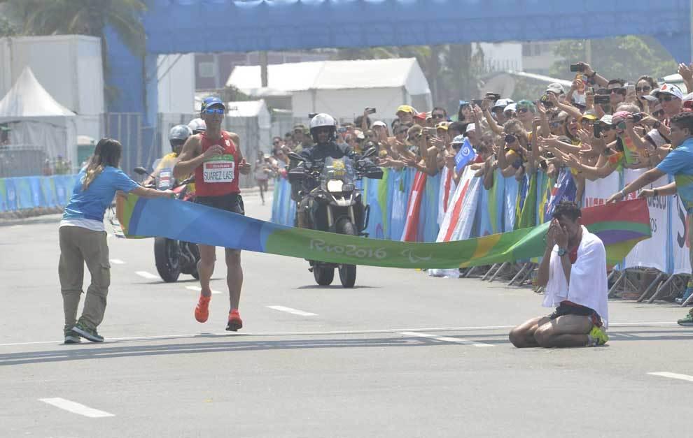 Alberto Suárez cruzando la línea de meta