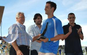 H�ctor Ruiz recibiendo el premio en su homenaje.