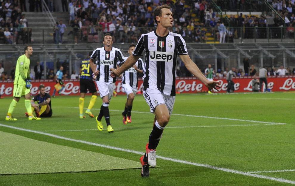 Pero el Inter no se cayó y reaccionó al instante. Icardi cabeceó a la red  un córner de Banega. Tres de sus cuatro dianas han sido con la testa. La  Juve es ... 22cfa74ab5771