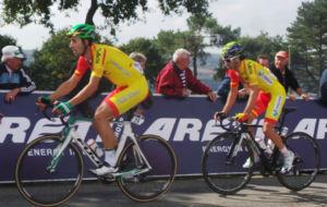Diego Rubio lleva a su rueda a Dani Moreno, este domingo en Plumelec.