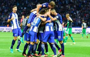 El Hertha celebra uno de sus goles al Schalke.