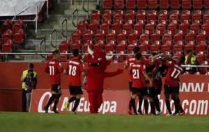 Los jugadores del Mallorca celebran en la banda el �nico gol del...