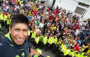 Nairo Quintana en el autob�s sin techo en el Parque Bol�var de...