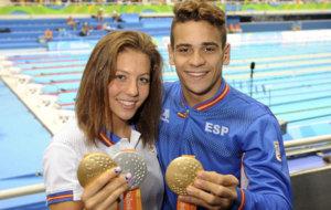 Nuria Marqués y Óscar Salguero posan con sus medallas en Río