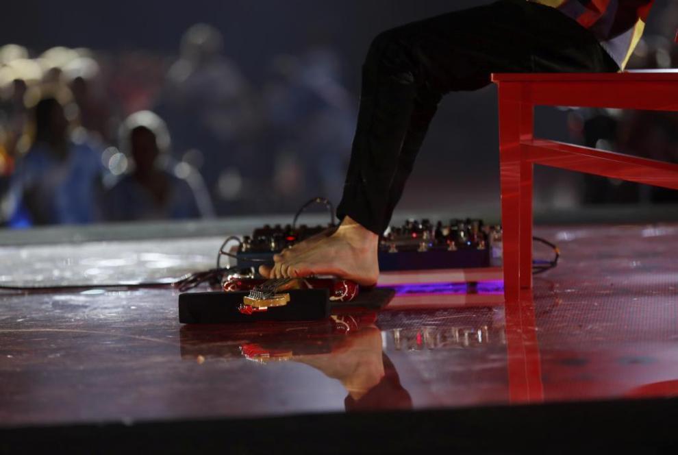 Bastos nació sin brazos y es un virtuoso e la guitarra con los pies