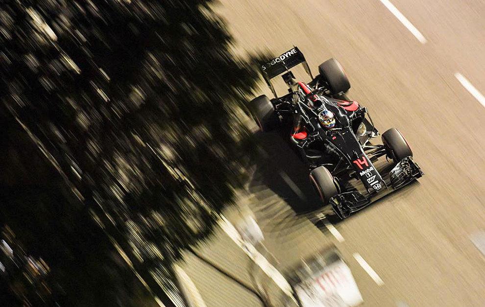 Fernando Alonso pilota su McLaren Honda durante la carrera de...