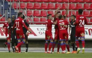 Los jugadores rojillos celebran el buen gol de Manu del Moral al...