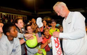 McEnroe, firmando aut�grafos
