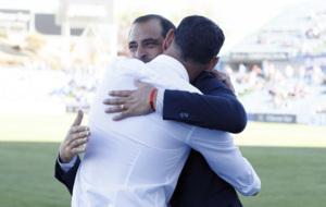 Esn�ider y Hierro se abrazan antes del partido entre Getafe y Oviedo.