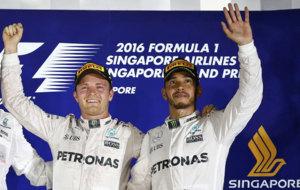 Rosberg y Hamilton en el podio de Singapur