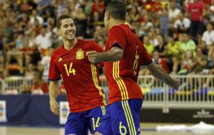 Raúl Campos celebra un gol con la selección junto a Fernandao.