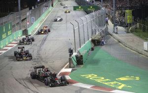 Alonso durante los primeros compases de la carrera en Marina Bay