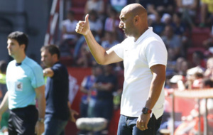 Abelardo da instrucciones a sus jugadores en un partido.