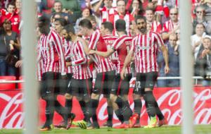 Los jugadores del Athletic celebran uno de los goles al Valencia.