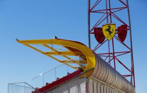 Detalle de la torre del acelerador vertical y la grada para los...
