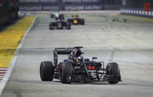 Alonso distancia a Kvyat y Verstappen durante el primer tercio del...