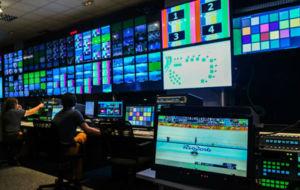 Trabajadores en los estudios de OBS, la televisión del COI
