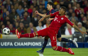 Boateng trata de cortar la progresi�n de Villa en un partido de...