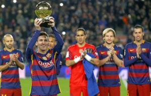 Messi levanta al Camp Nou su Balón de Oro.