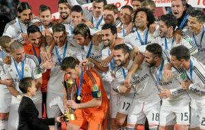 Casillas besa la copa del Mundial de Clubes lograda en 2014 en...