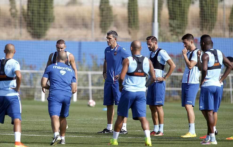 Muñiz se dirige a los jugadores del Levante, líder en tres de las...