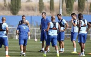 Mu�iz se dirige a los jugadores del Levante, l�der en tres de las...