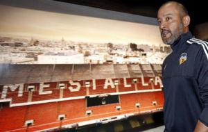 Nuno Gomes en su etapa como entrenador del Valencia