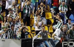 Alfaro celebra el gol con los aficionados del C�rdoba presentes en...