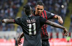 Bacca y Niang celebran un gol