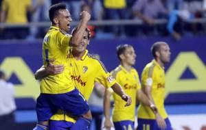 Garrido, autor del gol, levanta a su compa�ero �lvaro Garc�a