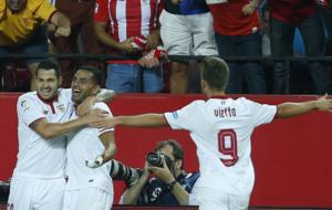 Vitolo y Vietto felicitan a a Mercado por su gol.