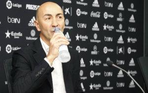 Pako Ayestar�n bebe durante la rueda de prensa de despedida.