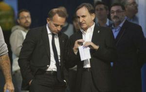 El presidente Christian Lapetra habla con el consejero Carlos...