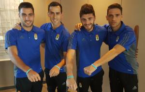 Los jugadores del Oviedo con sus pulseras.