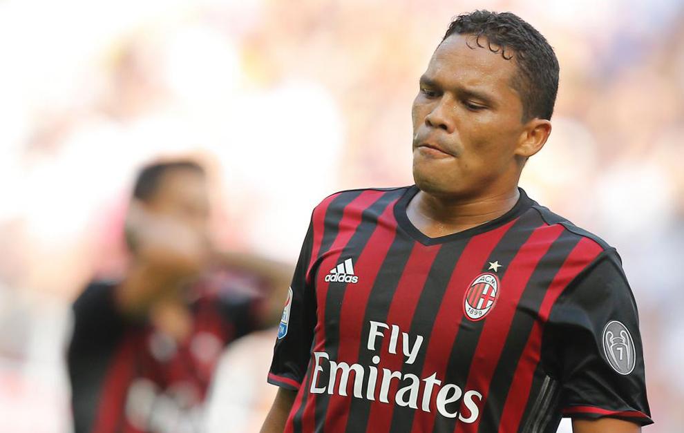 Carlos Bacca en un partido con el Milan