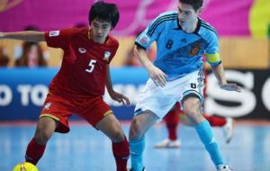 Sornwichian disputa un balón con Kike durante el España-Tailandia...