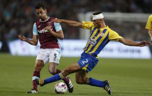 Arbeloa pugna por un bal�n en su debut con el West Ham