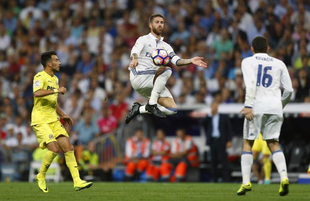 Sergio Ramos salta controlando el balón