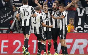 Higua�n, Pjanic y Dybala celebran el gol del argentino, el segundo de...
