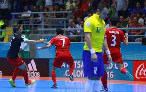 Falcao, cabizbajo, mientras los iranís celebran el gol que forzó la...