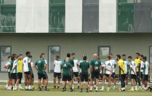 Poyet habla con sus jugadores antes del entrenamiento de hoy.