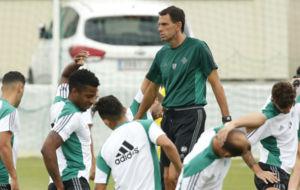 Poyet, entre varios futbolistas en el entrenamiento de hoy.