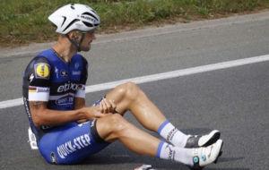 Tom Boonen, ca�do en el asfalto junto a sus barritas energ�ticas.