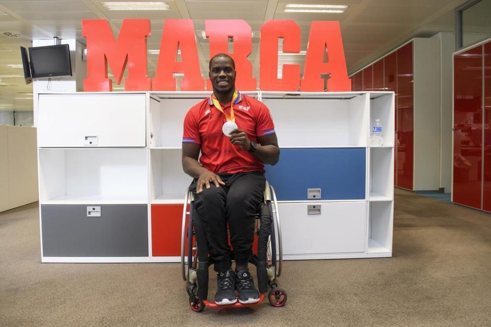 El jugador de baloncesto Amadou posa con el cartel de MARCA