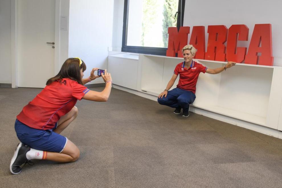 Los deportistas paralímpicos quisieron inmortalizar su visita a MARCA