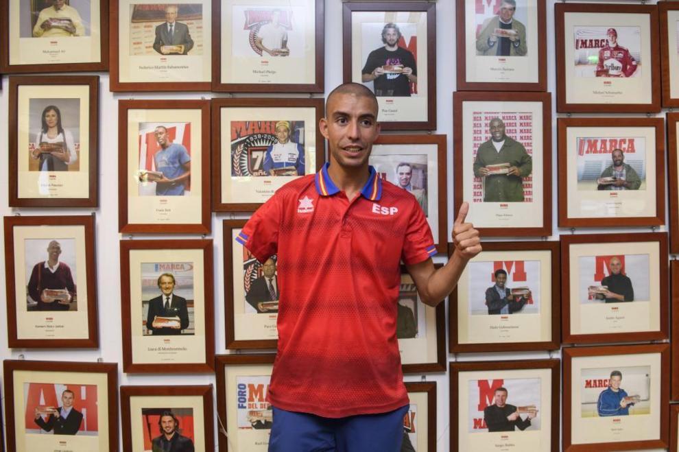 Abderrahman Ait, plata en Río y campeón del mundo de maratón, posa...