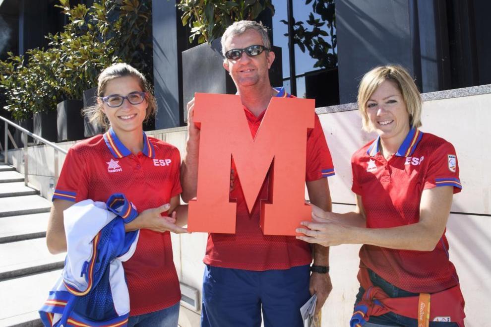 Las atletas Sara Martínez e Izaskun Oses posan con el seleccionador...